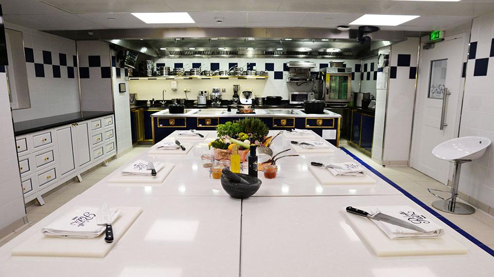 Lundi 16 avril, Sanofi s'associe à Croq'l'Espoir pour un atelier culinaire avec les enfants malades à l'école Ritz Escoffier